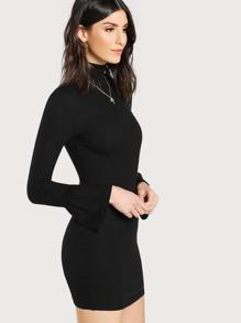 Strick Kleid mit hohem Ausschnitt und Glockhülsen