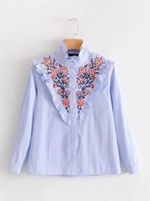 Модная блуза в полоску с оборкой и цветочной вышивкой
