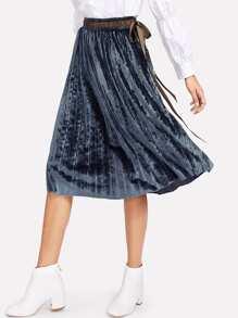Falda plisada de terciopelo con cinta