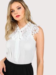 Bluse mit Spitzen, Applikation und Halsband