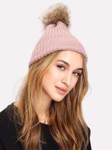 Bonnet tricoté avec pompon