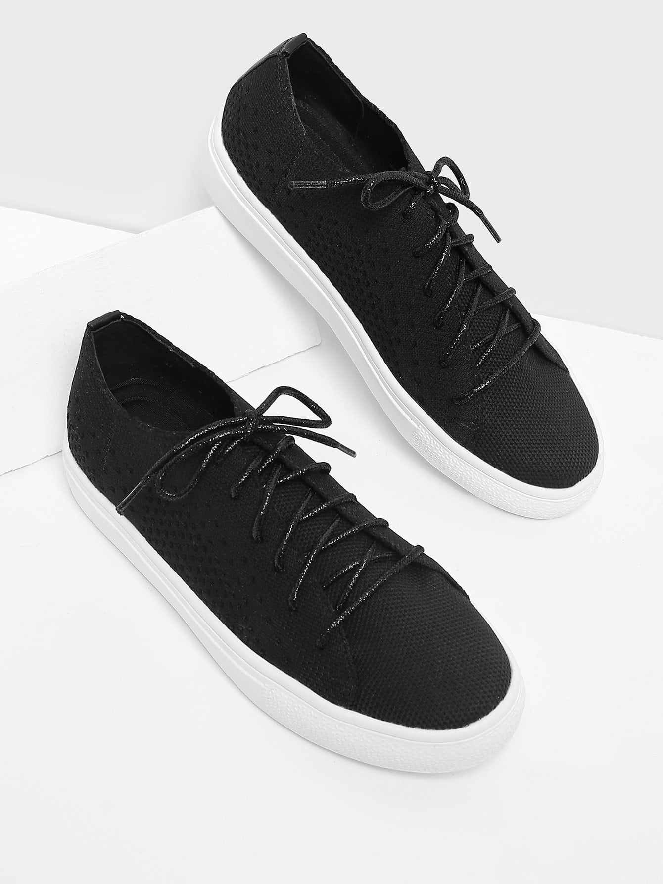 Модные кроссовки со шнуровкой