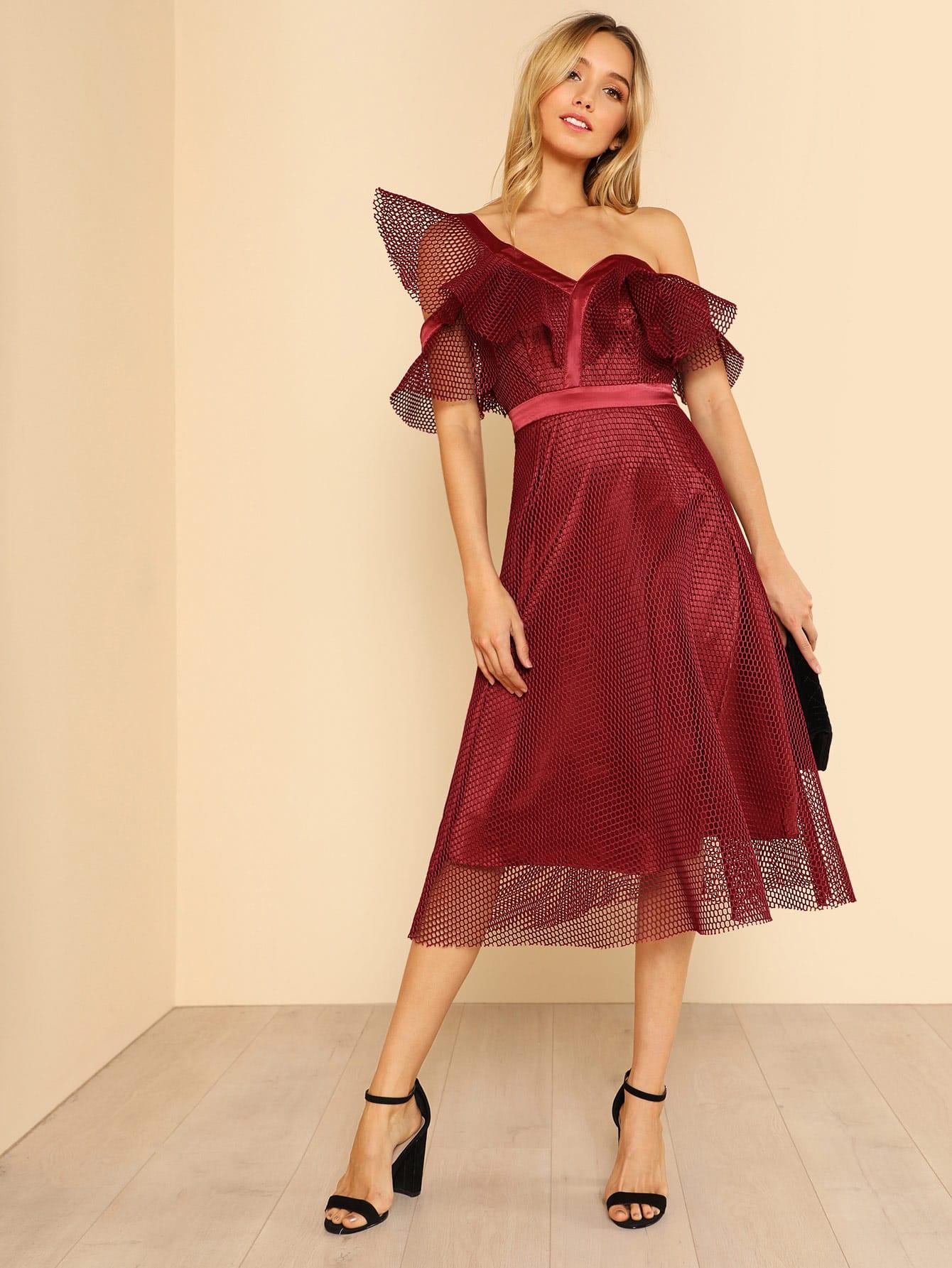 Kleid mit asymmetrischer Schulter und Netzstoff