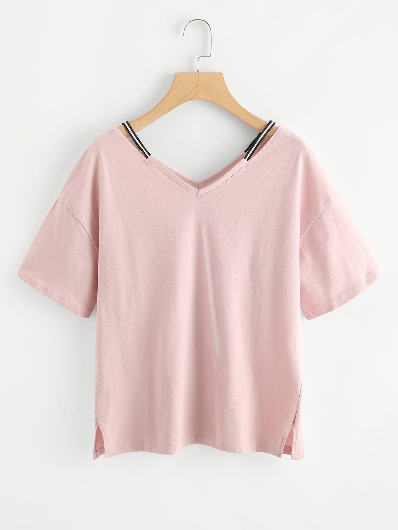 T-Shirt mit Cut Out auf dem Ausschnitt und Schlitz auf den Seiten