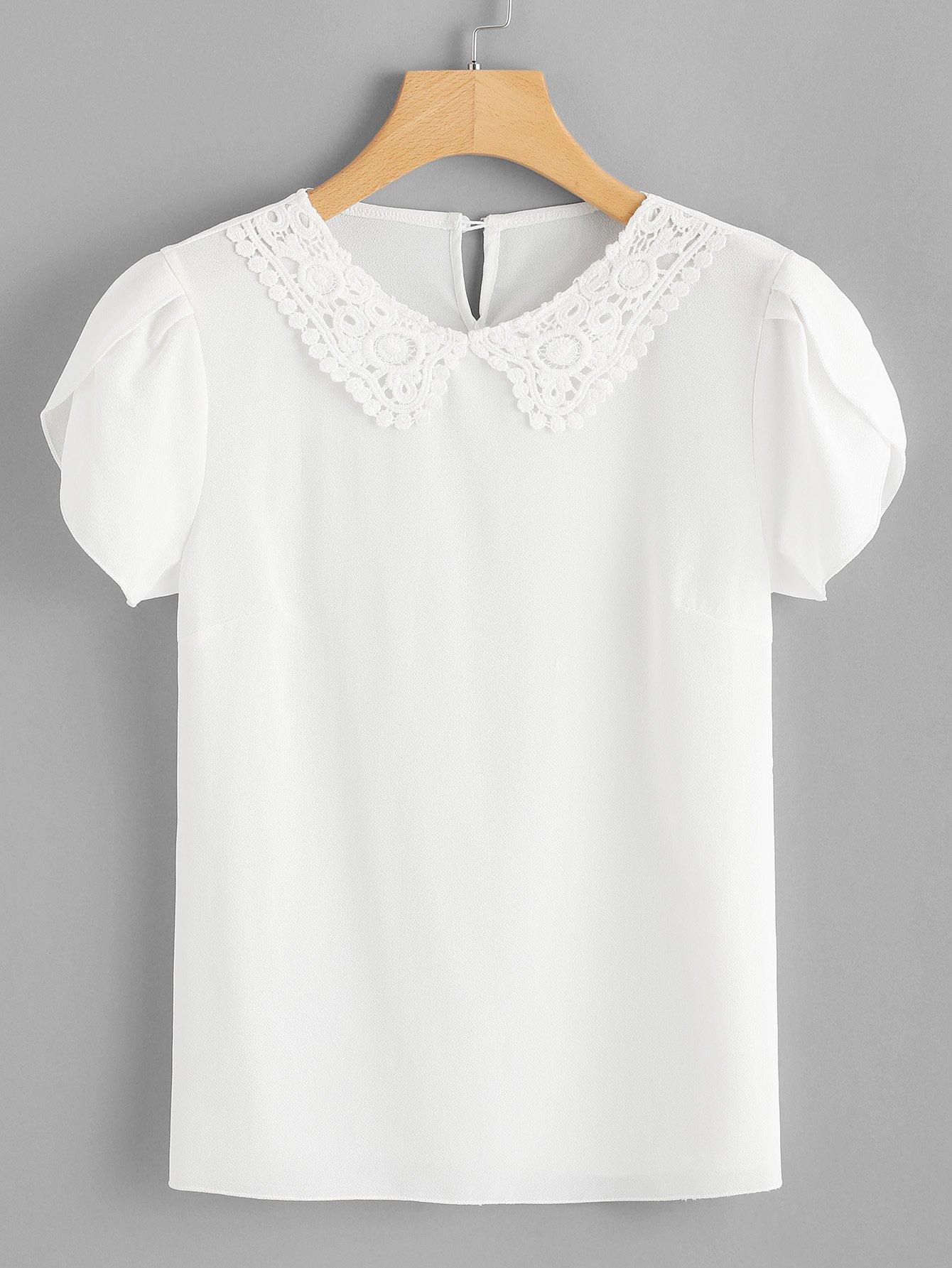 T-Shirt mit Spitze auf dem Ausschnitt und Blütenblatt Ärmeln