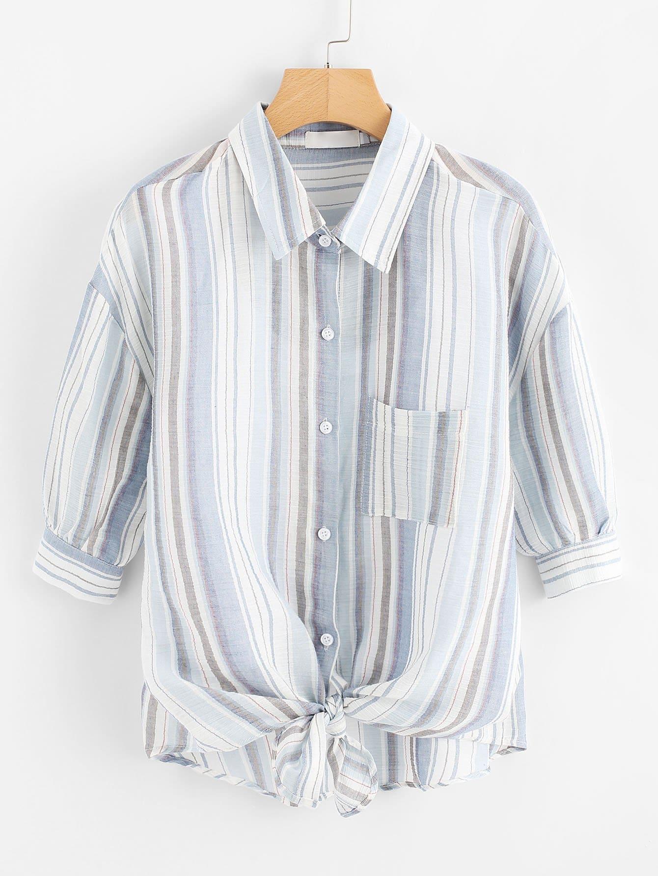 Bluse mit sehr tief angesetzter Schulterpartie, Knoten und Streifen