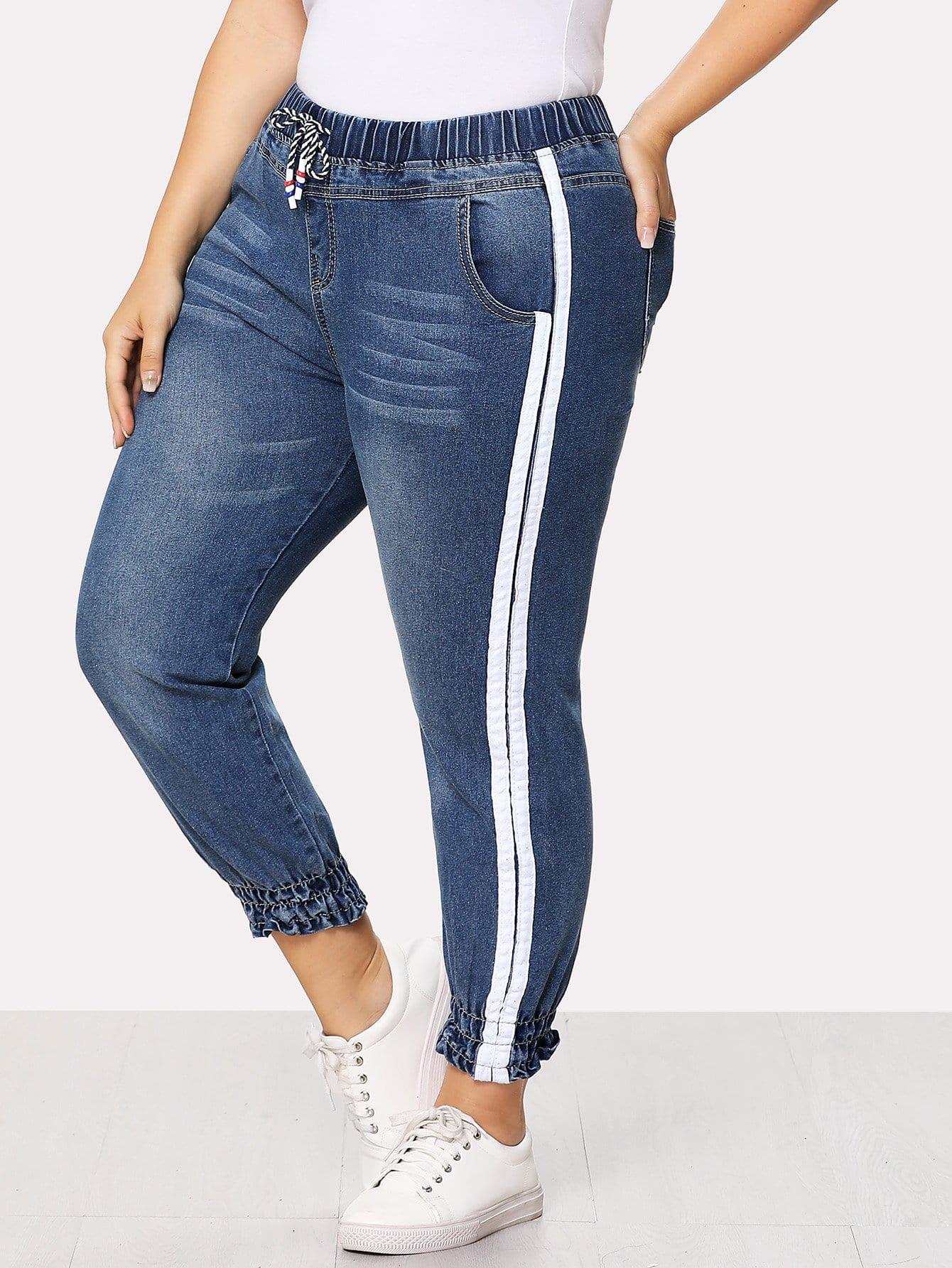 Jeans mit Streifen auf den Seiten und Kordelzug um die Taille