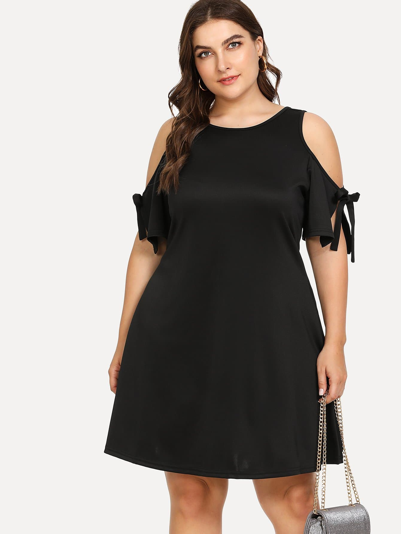 Kleid mit Band auf den Ärmeln und Schlussloch hinten