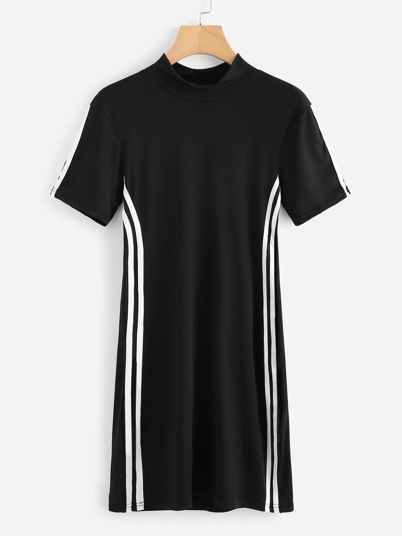 Kleid mit Stehkragen und Streifen auf den Seiten