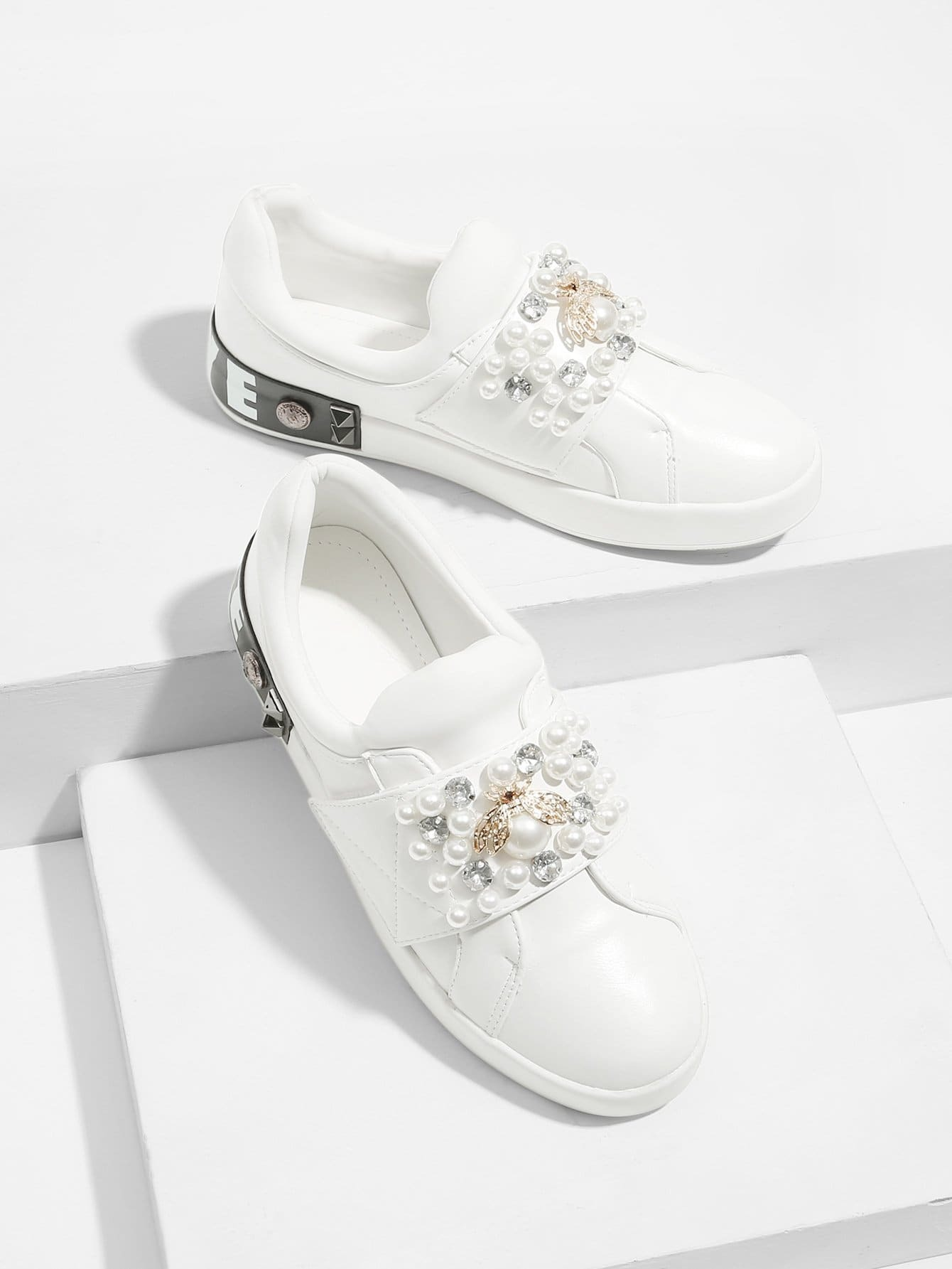 все цены на Bee Detail Faux Pearl Decor Sneakers
