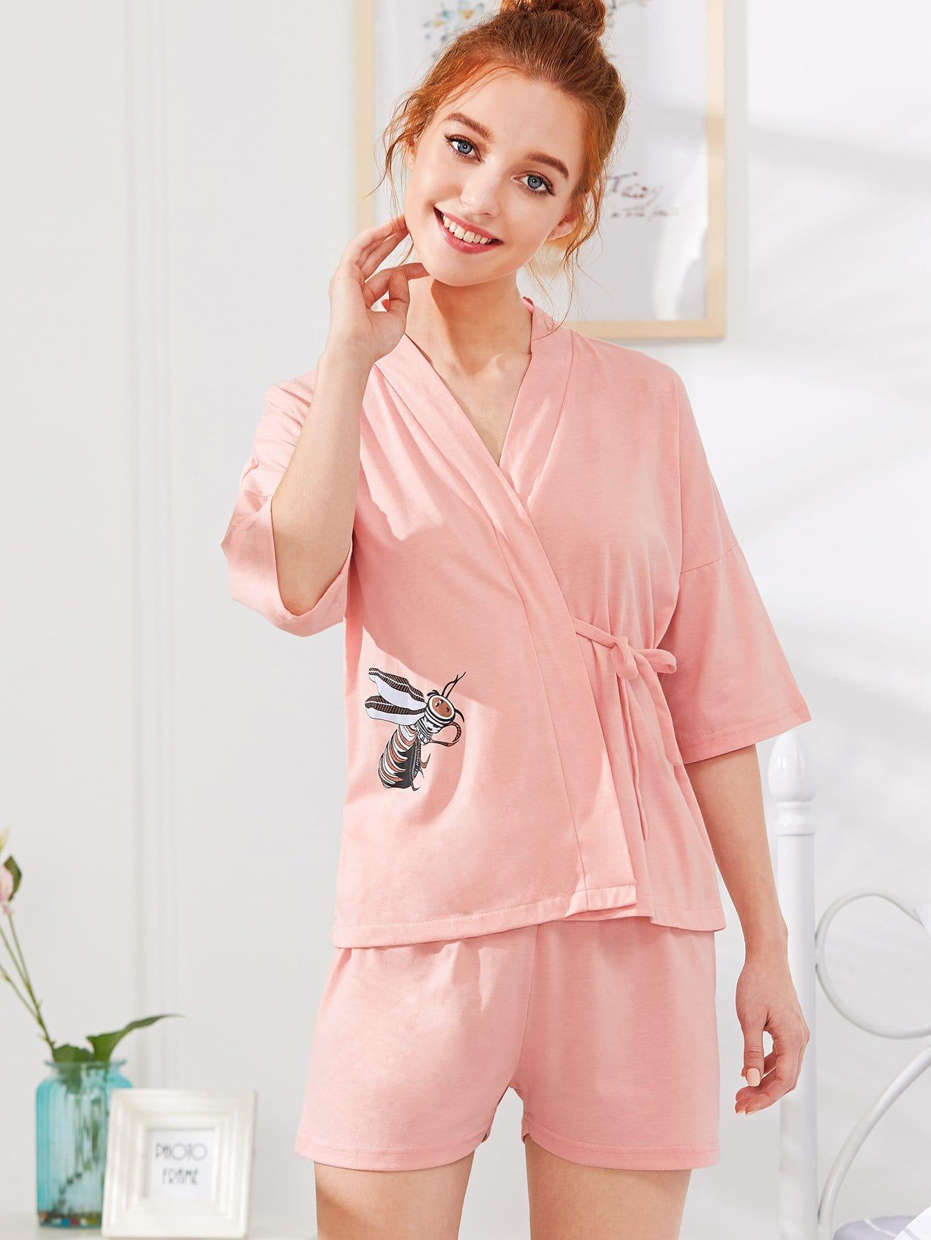 Купить Комплект пижамы топ с запахом и принтом пчелы и шорты, Poly, SheIn