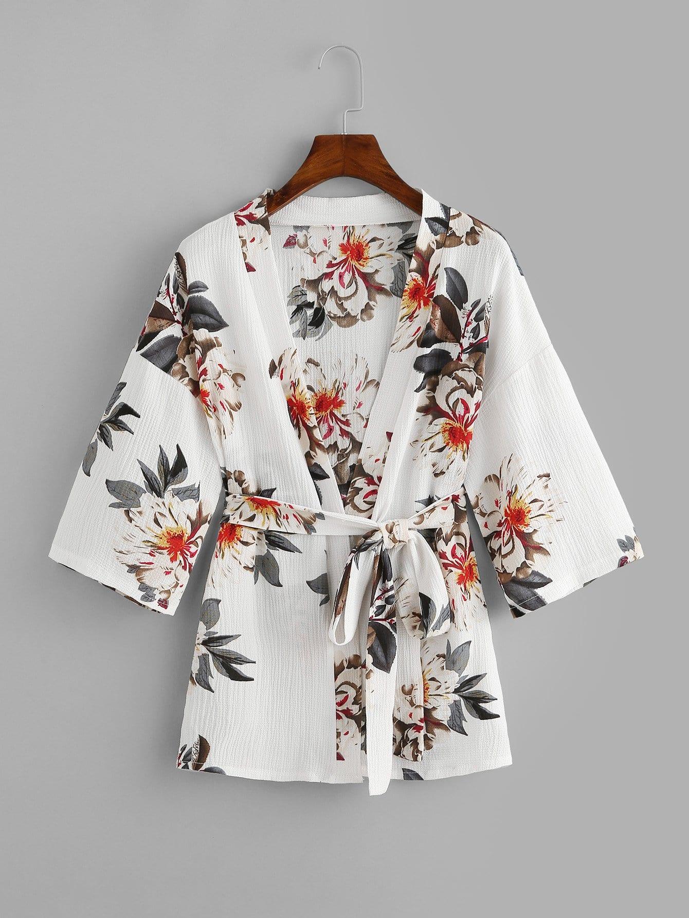 Kimono mit sehr tief angesetzter Schulterpartie, Selbstbindung und Blumenmuster