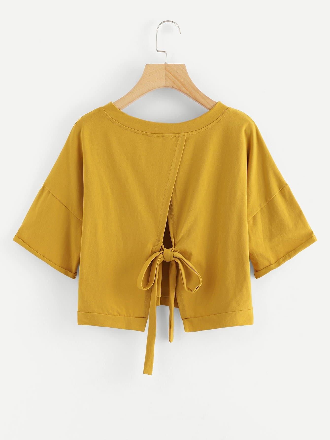 T-Shirt mit sehr tief angesetzter Schulterpartie und Knoten hinten
