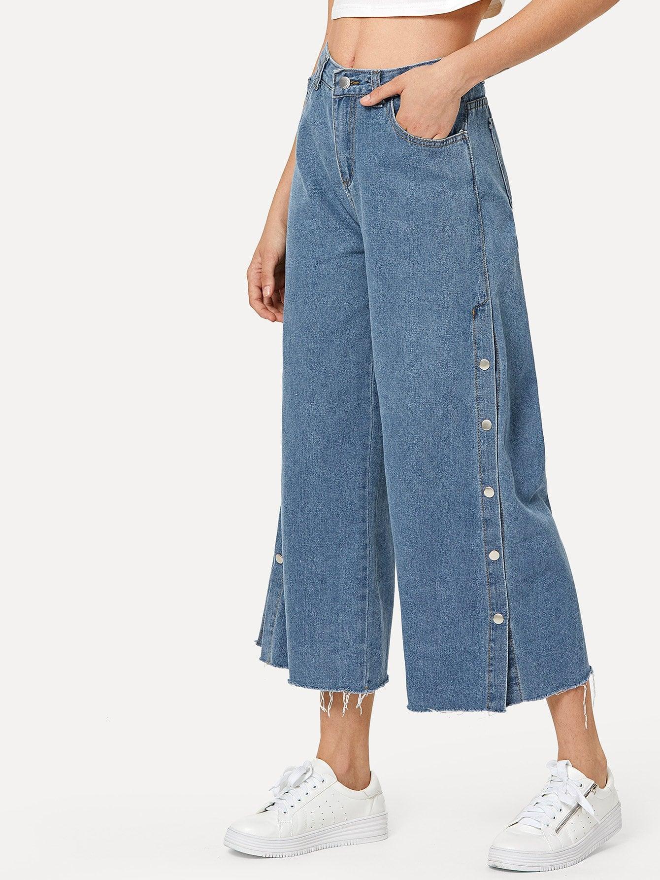 Jeans mit Knöpfen auf den Seiten und weitem Beinschnitt
