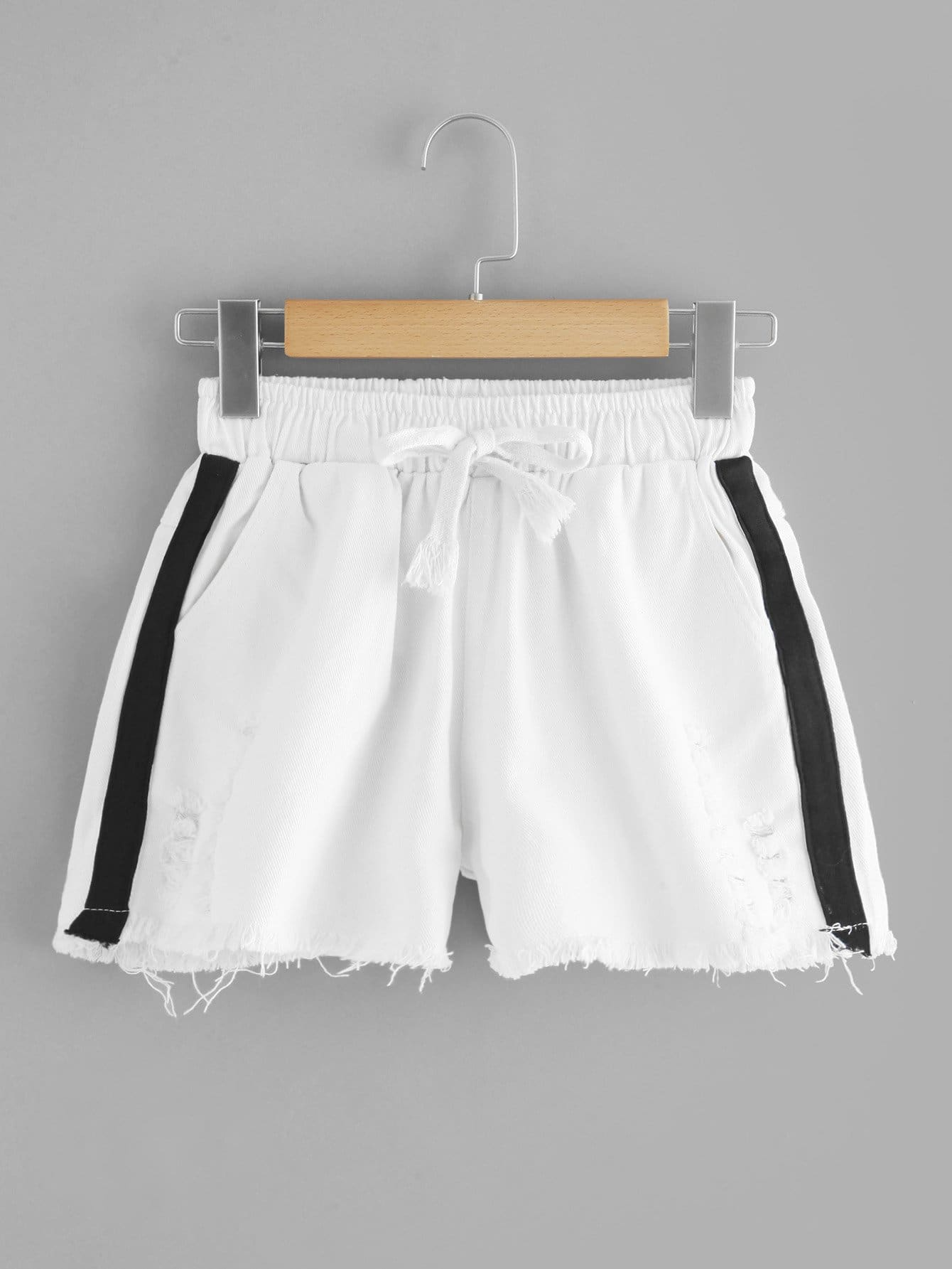 Shorts mit Kordelzug, Tafel auf den Seiten und aufgefranstem Saum