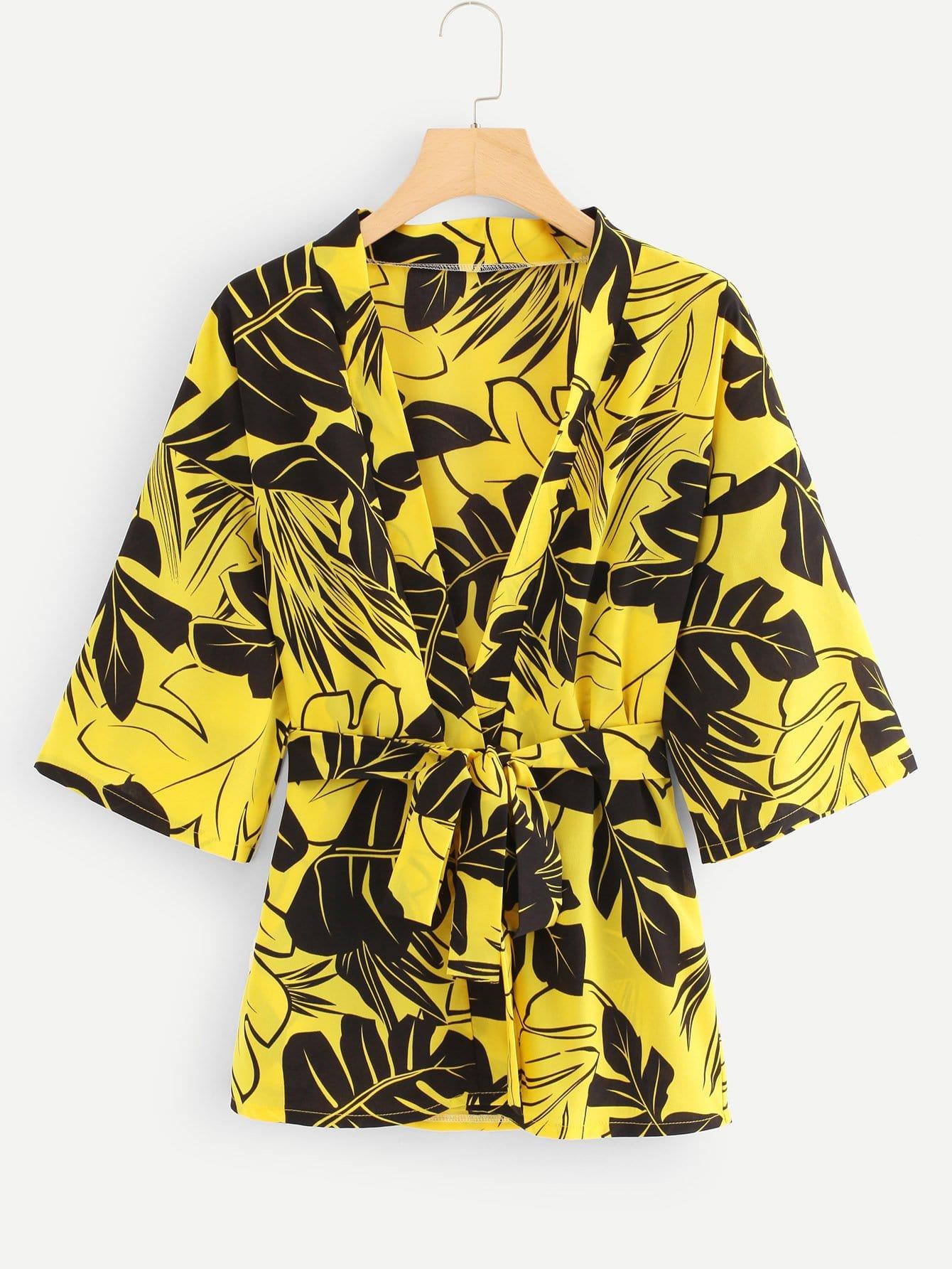 Kimono mit sehr tief angesetzter Schulterpartie, Band um die Taille und Pflanzenmuster