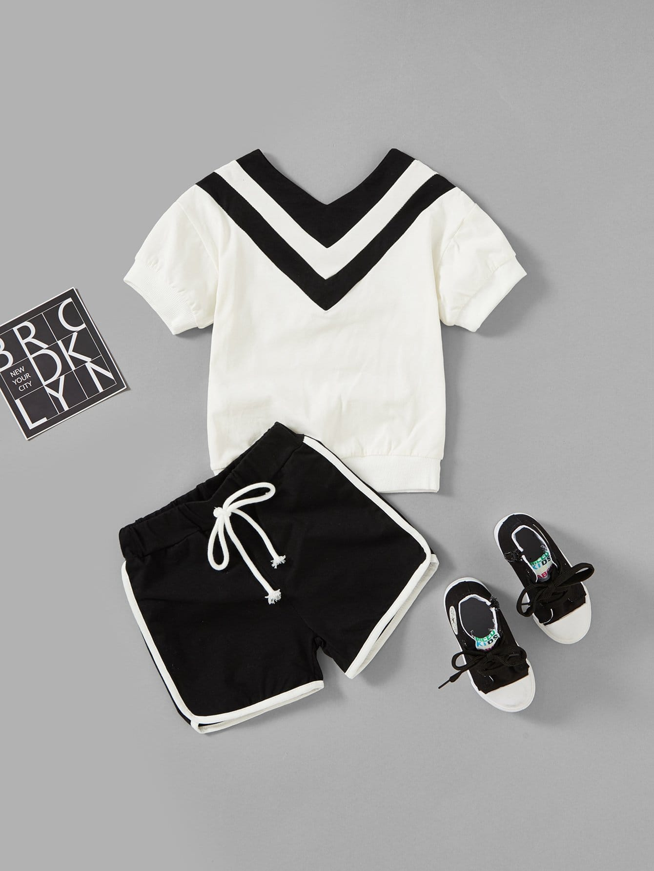 Kids Stripe Panel V Neckline Tee With Shorts от SheIn