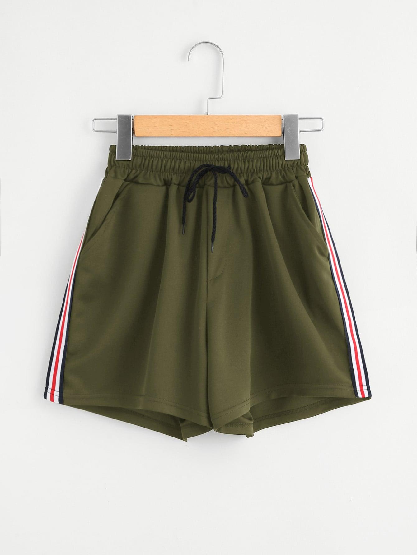 Shorts mit Streifen auf den Seiten und Kordelzug um die Taille
