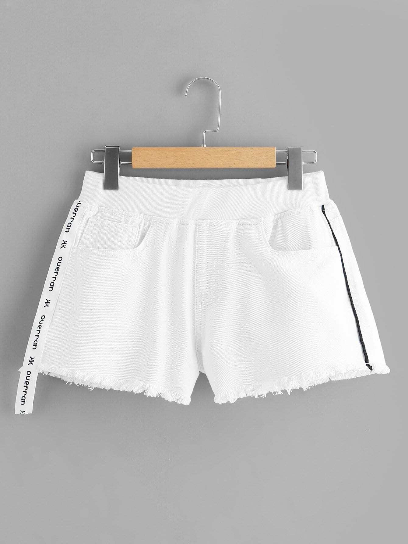 Купить Контрастность Letter Tape Side Raw Hem Denim Shorts, null, SheIn