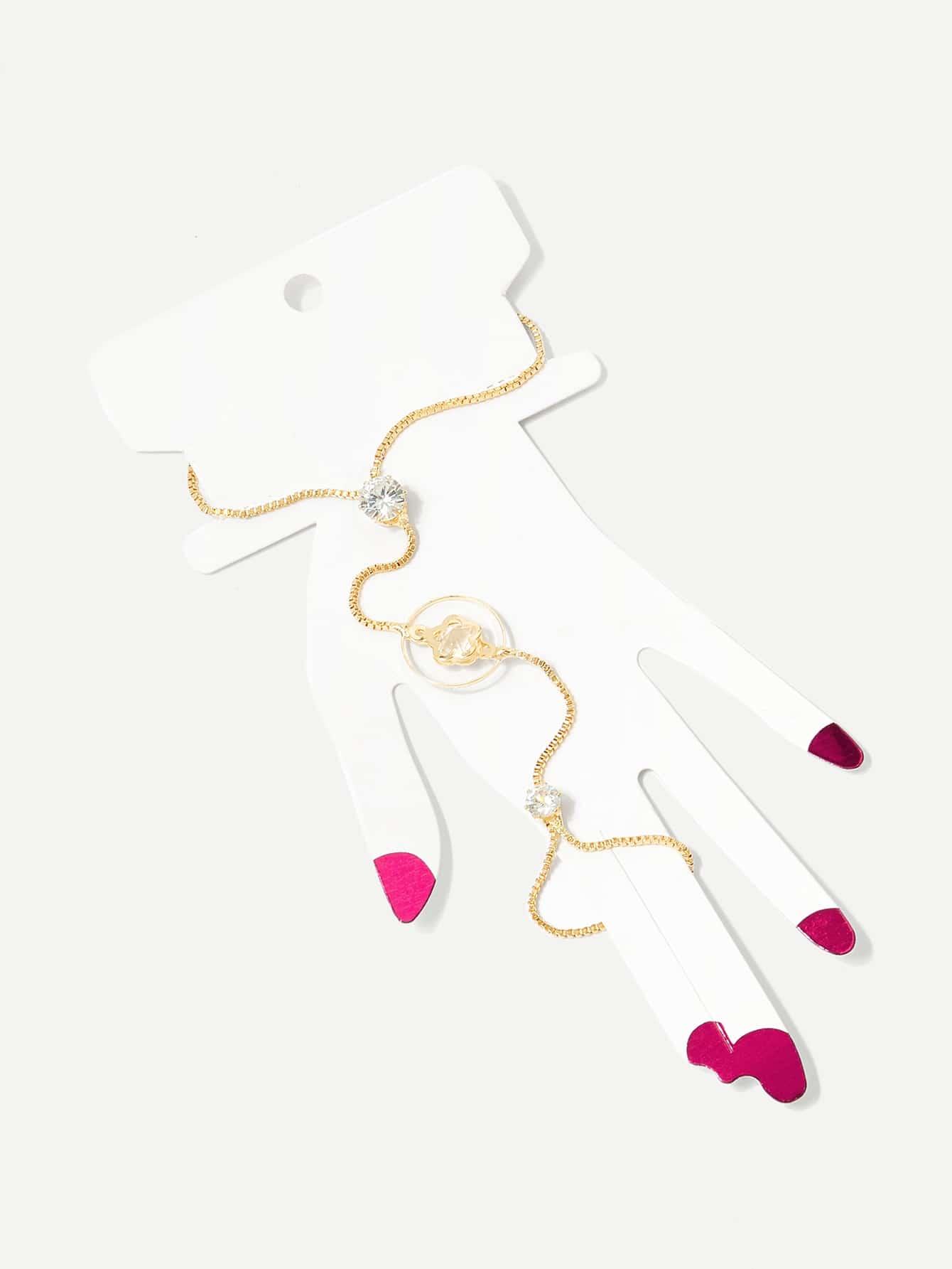 Armband mit Blumen, Ring und verknüpftem Finger