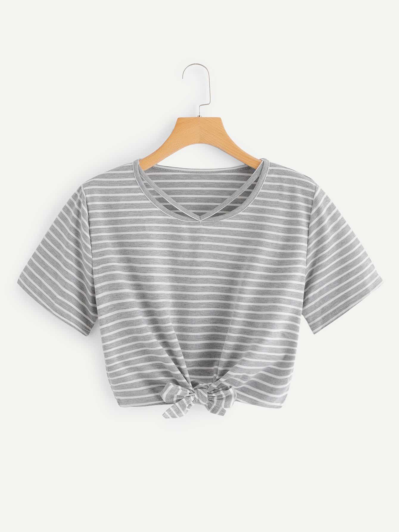 Crop T-Shirt mit Cut Out auf dem Ausschnitt und Knoten