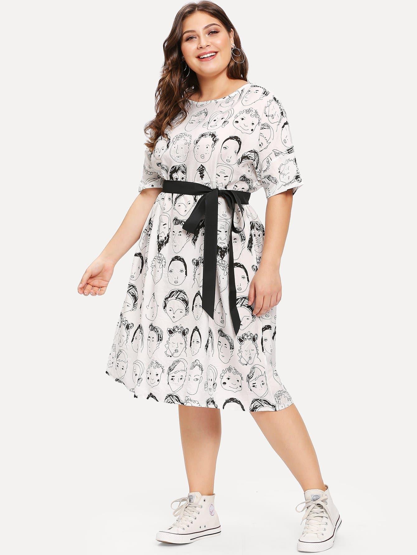 Kleid mit Abbildungmuster und Gürtel