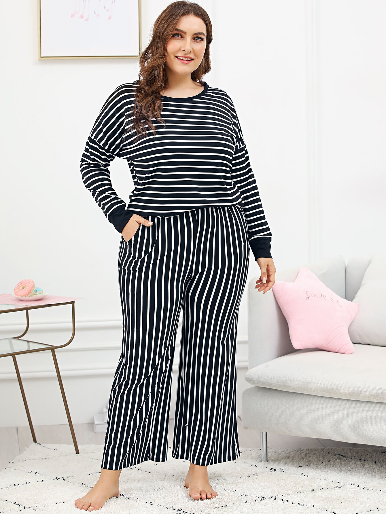 Pajama Set mit sehr tief angesetzter Schulterpartie und Streifen