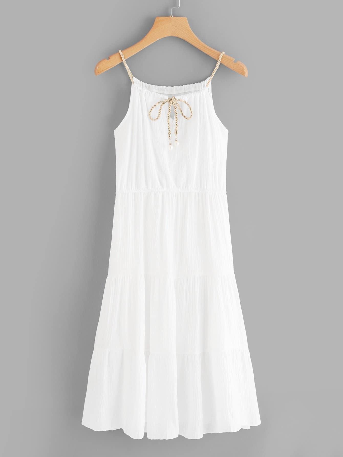 Einfarbiges Kleid mit Band auf dem Ausschnitt und Neckholder