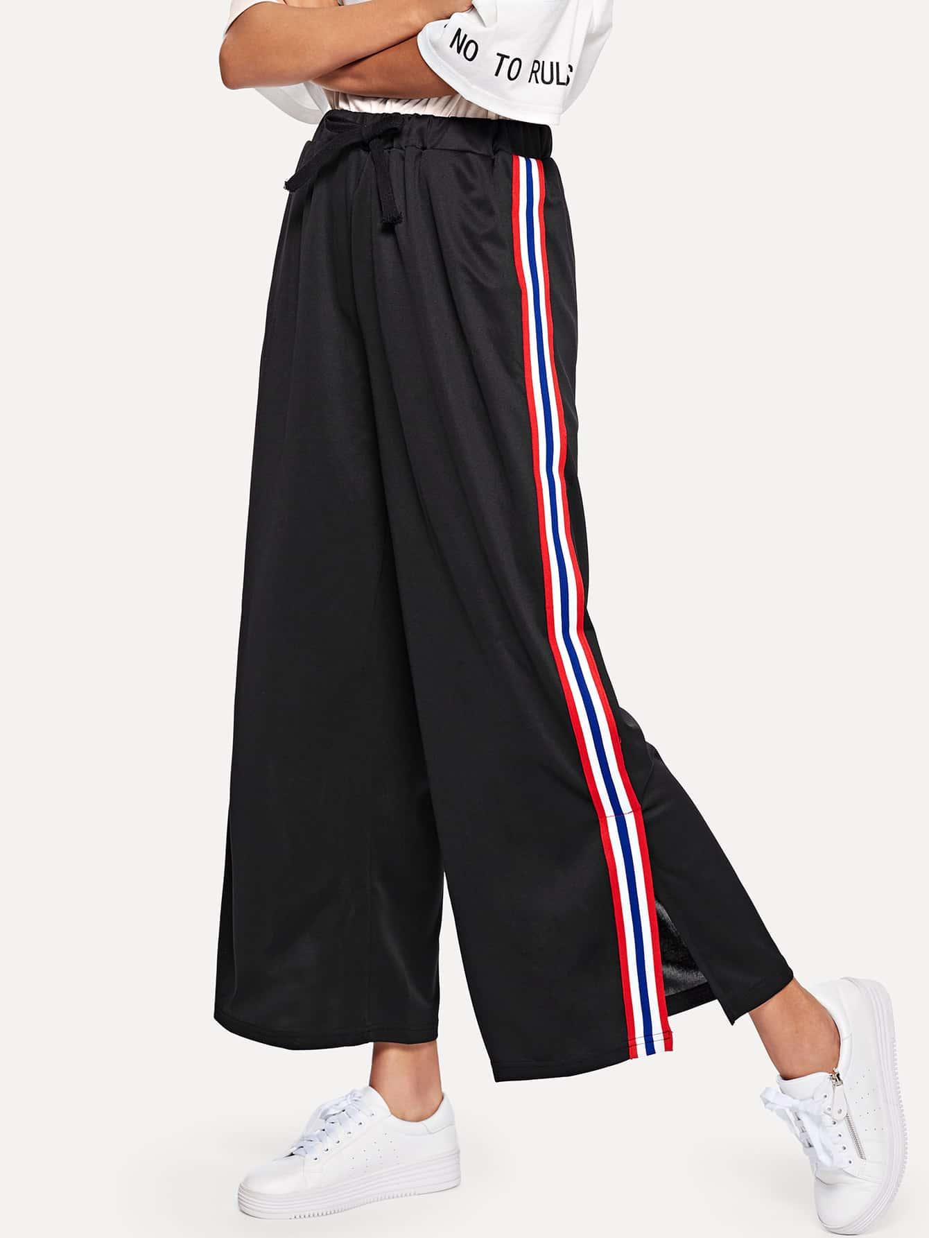 Hose mit Streifen auf den Seiten und weitem Beinschnitt