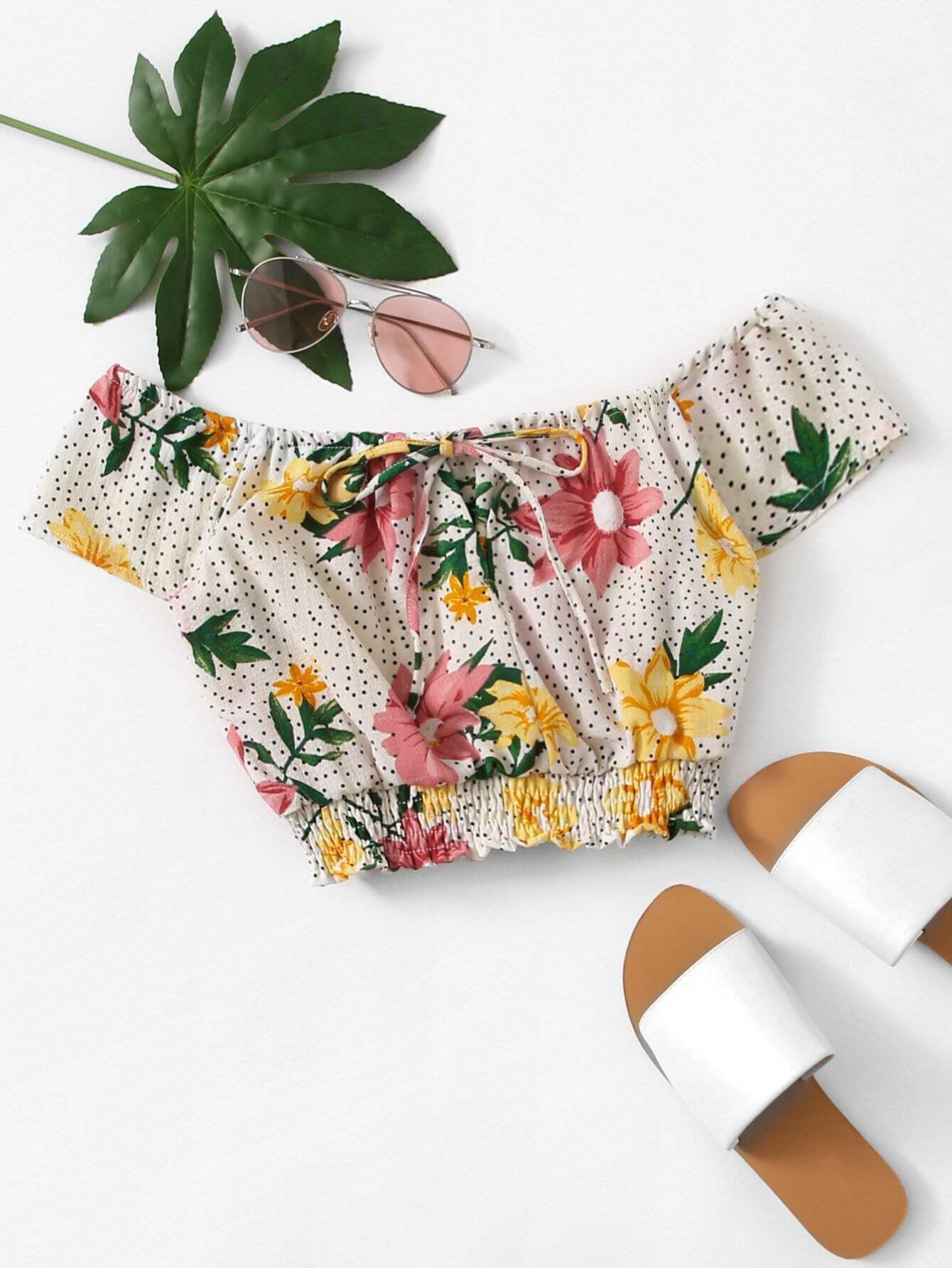 Schulterfreie Bluse mit Band auf dem Ausschnitt und Blumen