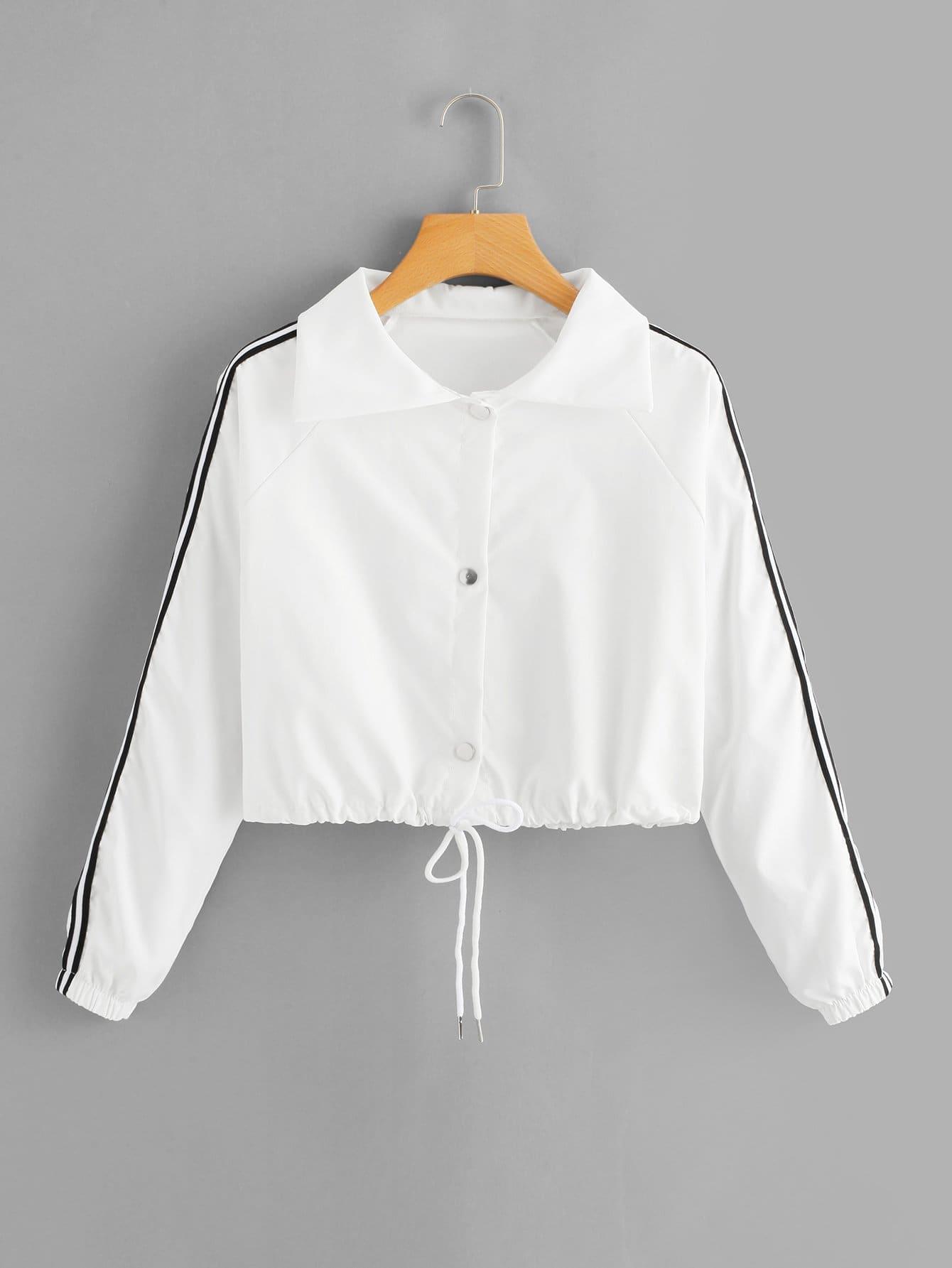 Jacke mit Streifen auf den Seiten und Kordelzug auf dem Saum
