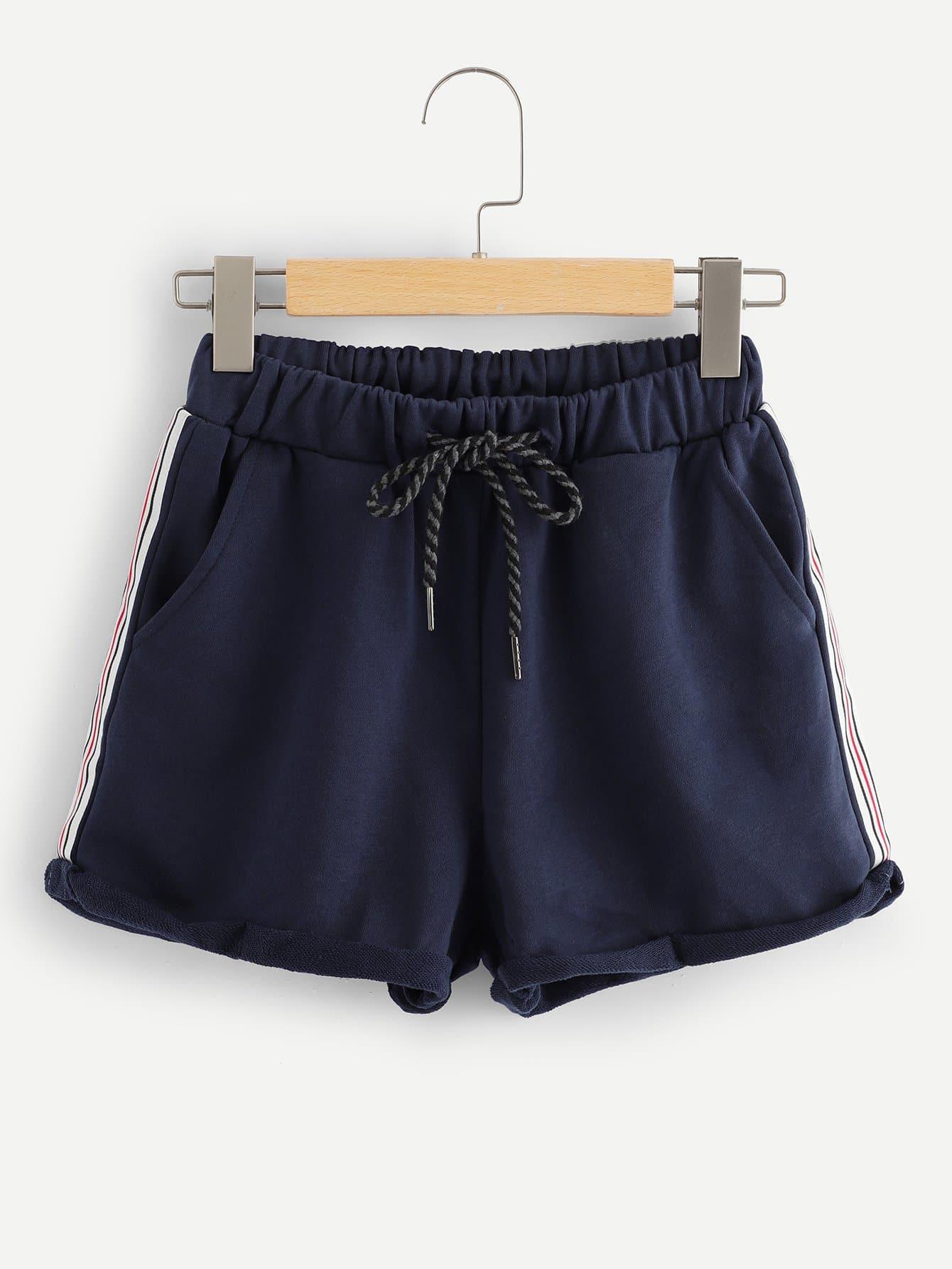 Shorts mit Streifen auf den Seiten und gerolltem Saum