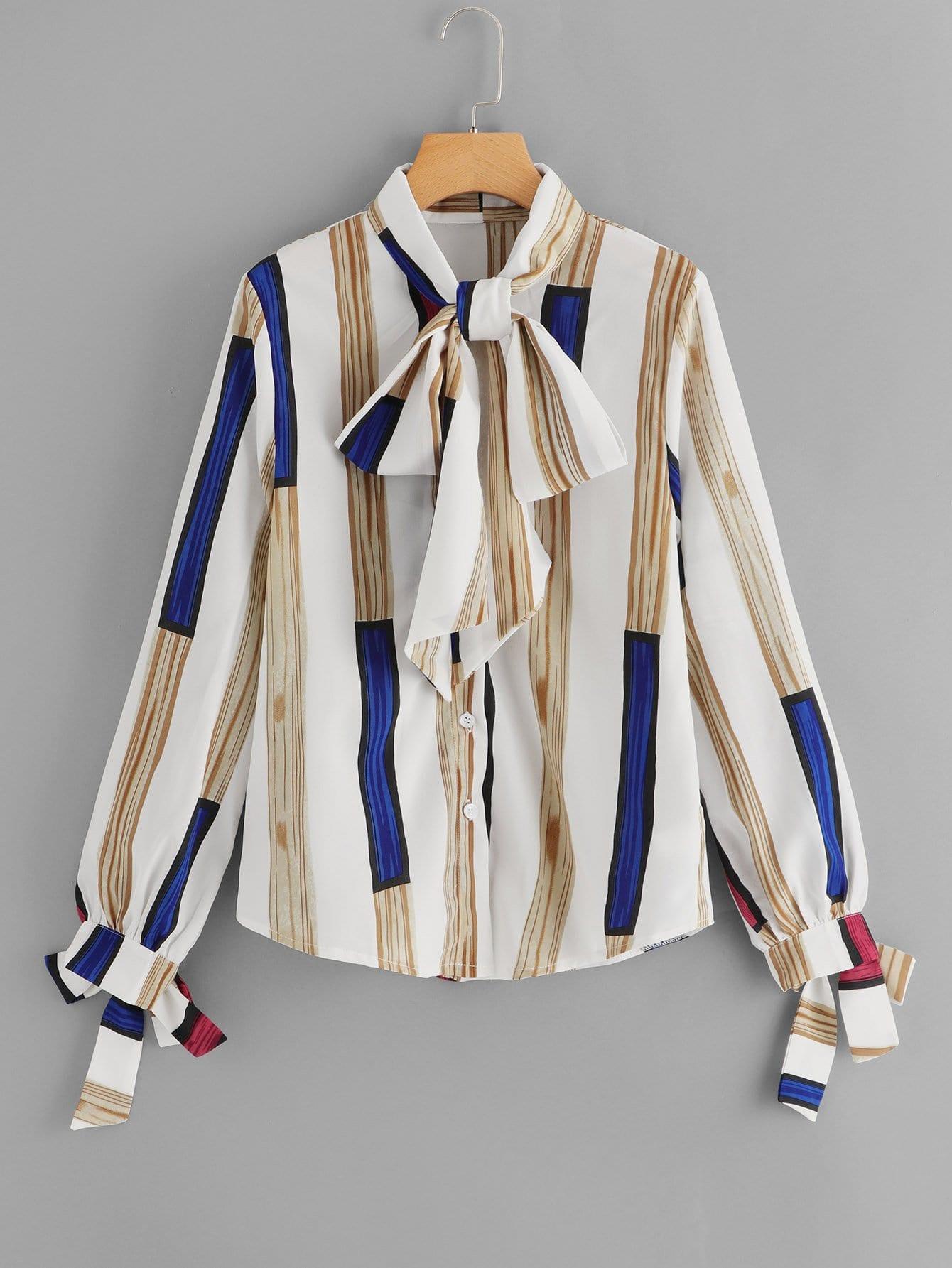 Bluse mit Streifen, Band auf dem Ausschnitt und Knoten auf den Ärmeln