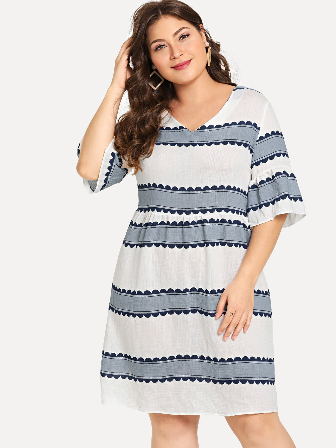 Übergroßes Kleid mit Schößchensaum auf den Ärmeln und Streifen