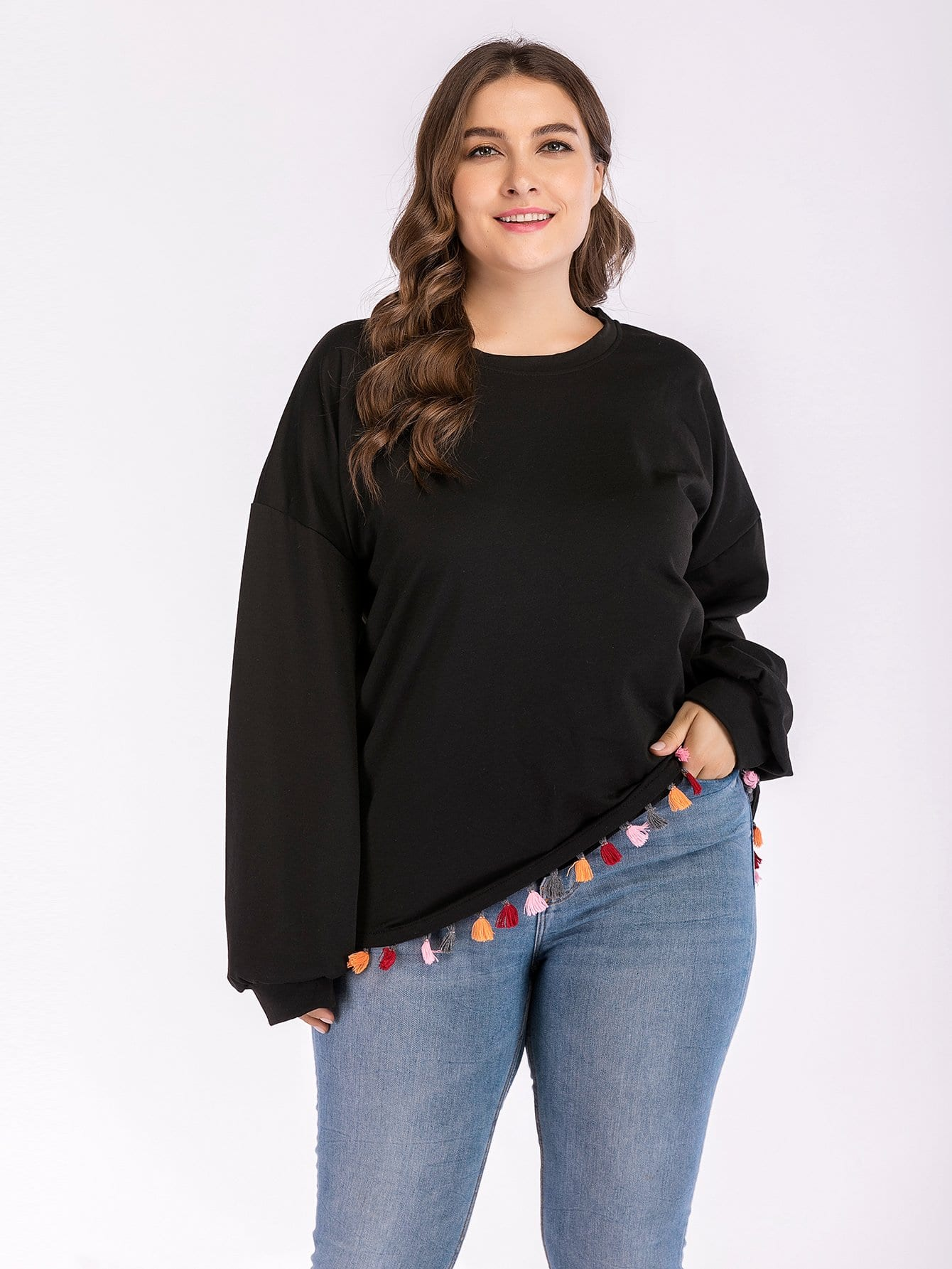 Übergroßes Sweatshirt mit sehr tief angesetzter Schulterpartie und Fransen