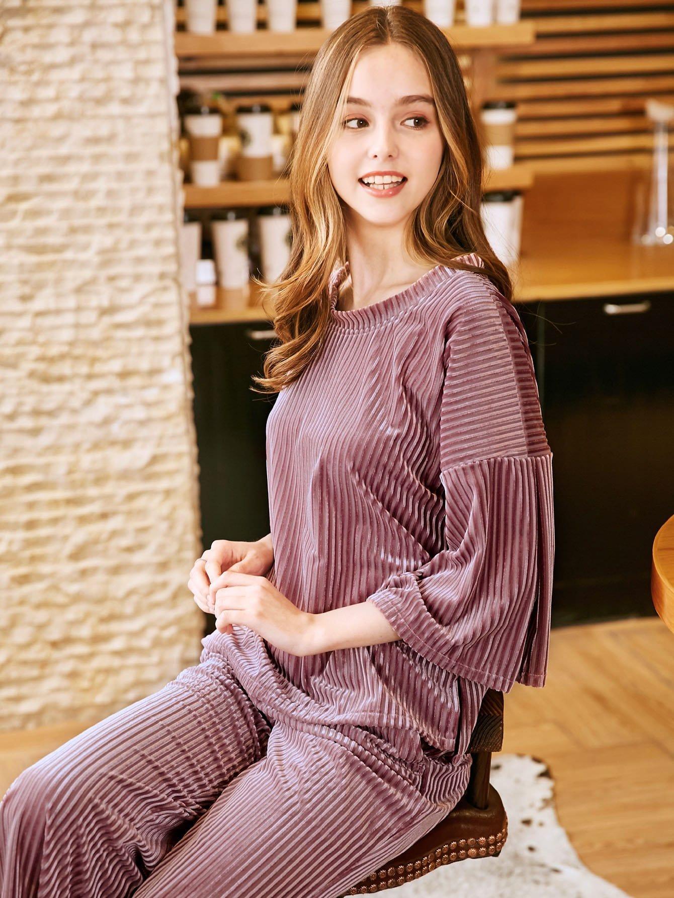 Pajama Set mit sehr tief angesetzter Schulterpartie und Seitenschlitz