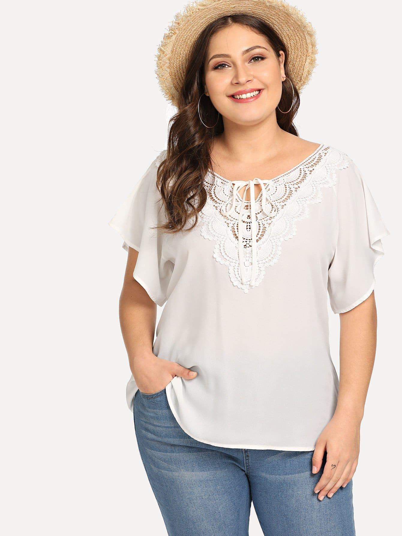 Плюс Tie Neck Lace Applique Flutter Sleeve Top