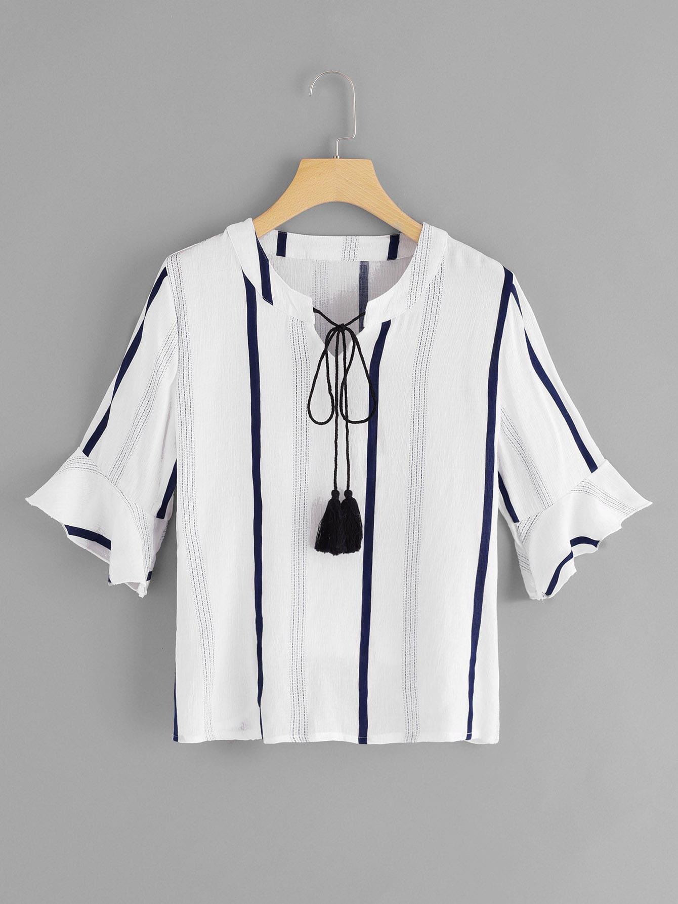 Bluse mit Fransen, Band auf dem Ausschnitt und Streifen