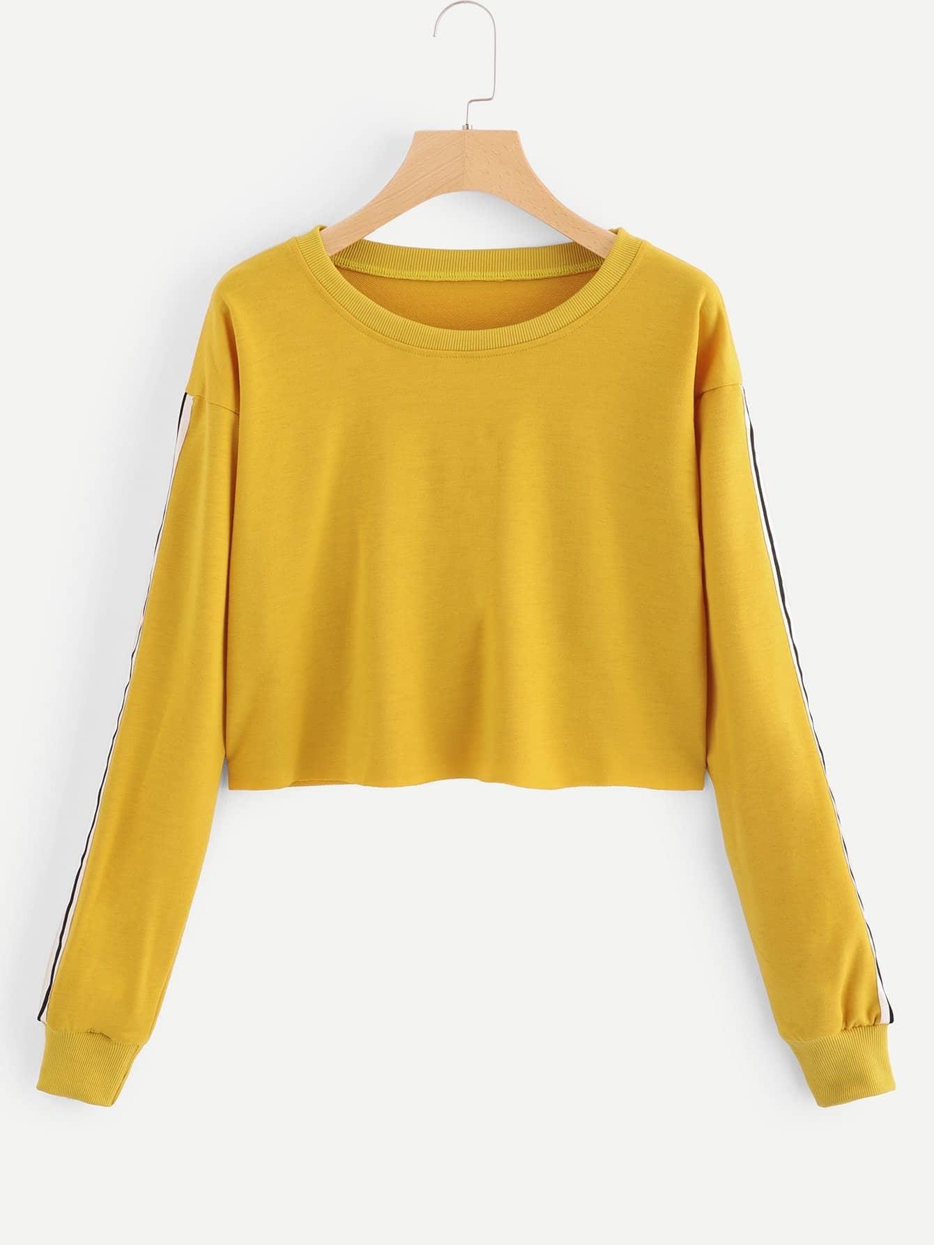 Crop Sweatshirt mit sehr tief angesetzter Schulterpartie und Streifen auf den Ärmeln