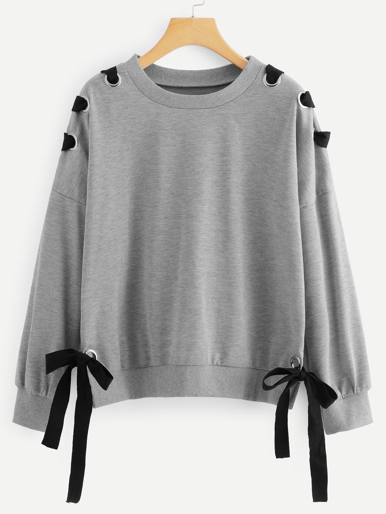 Sweatshirt mit sehr tief angesetzter Schulterpartie und Knoten auf den Seiten