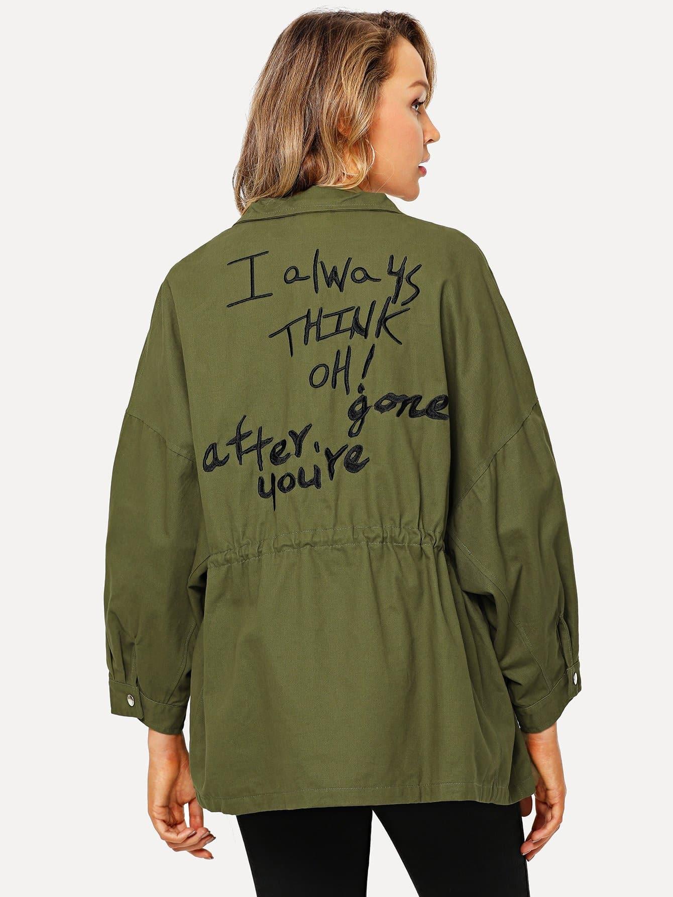 Jacke mit Buchstaben Stickereien und sehr tief angesetzrer Schulterpartie