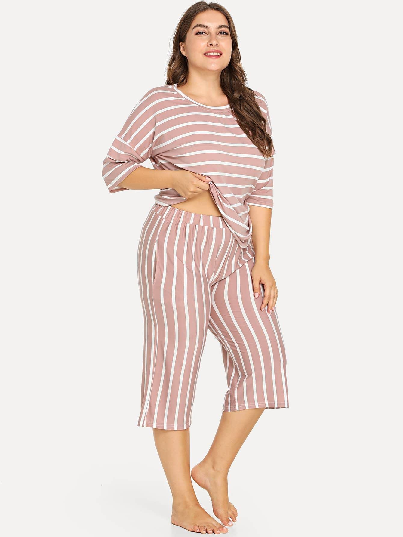 Übergroßes Pajama Set mit sehr tief angesetzter Schulterpartie und Streifen