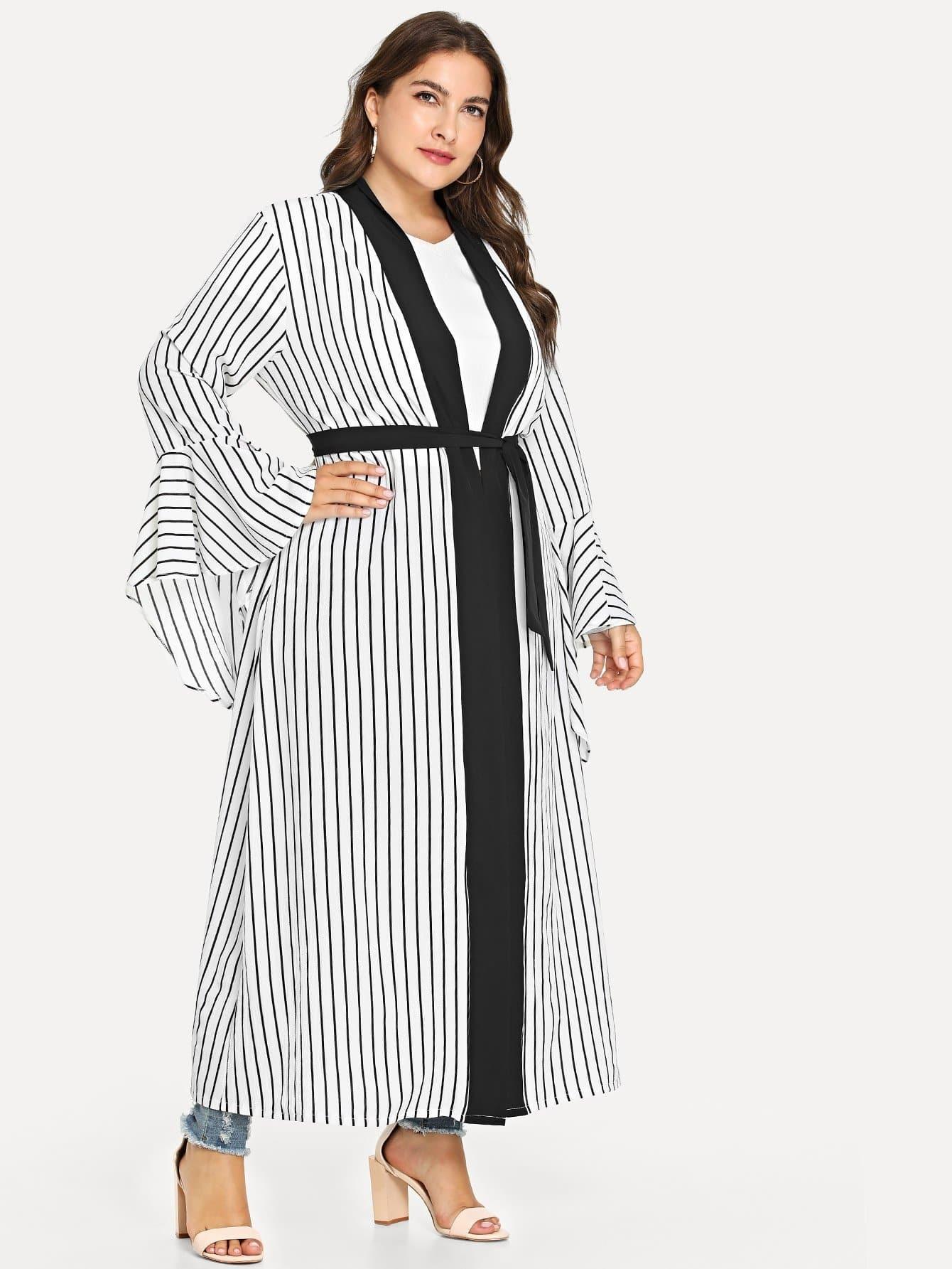 Übergroßer Kimono mit Schößchensaum auf den Ärmeln und Selbstbindung