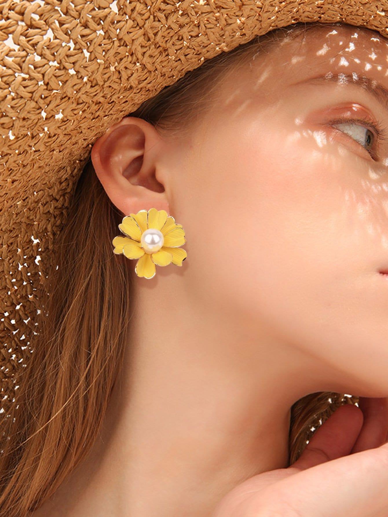 Faux Pearl Decorated Flower Stud Earrings