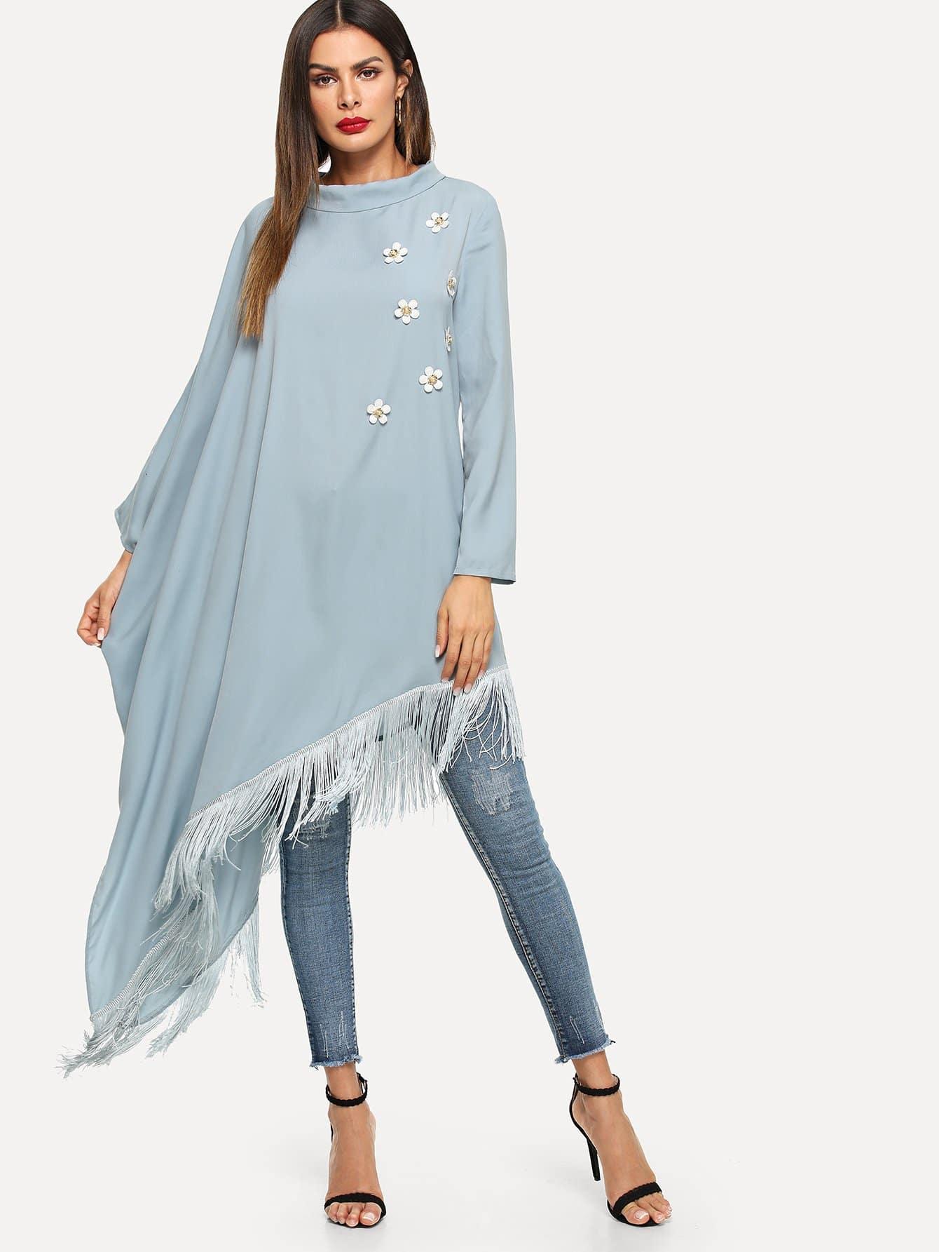 Asymmetrisches Hijab Kleid mit Blumen und Fransen auf dem Saum