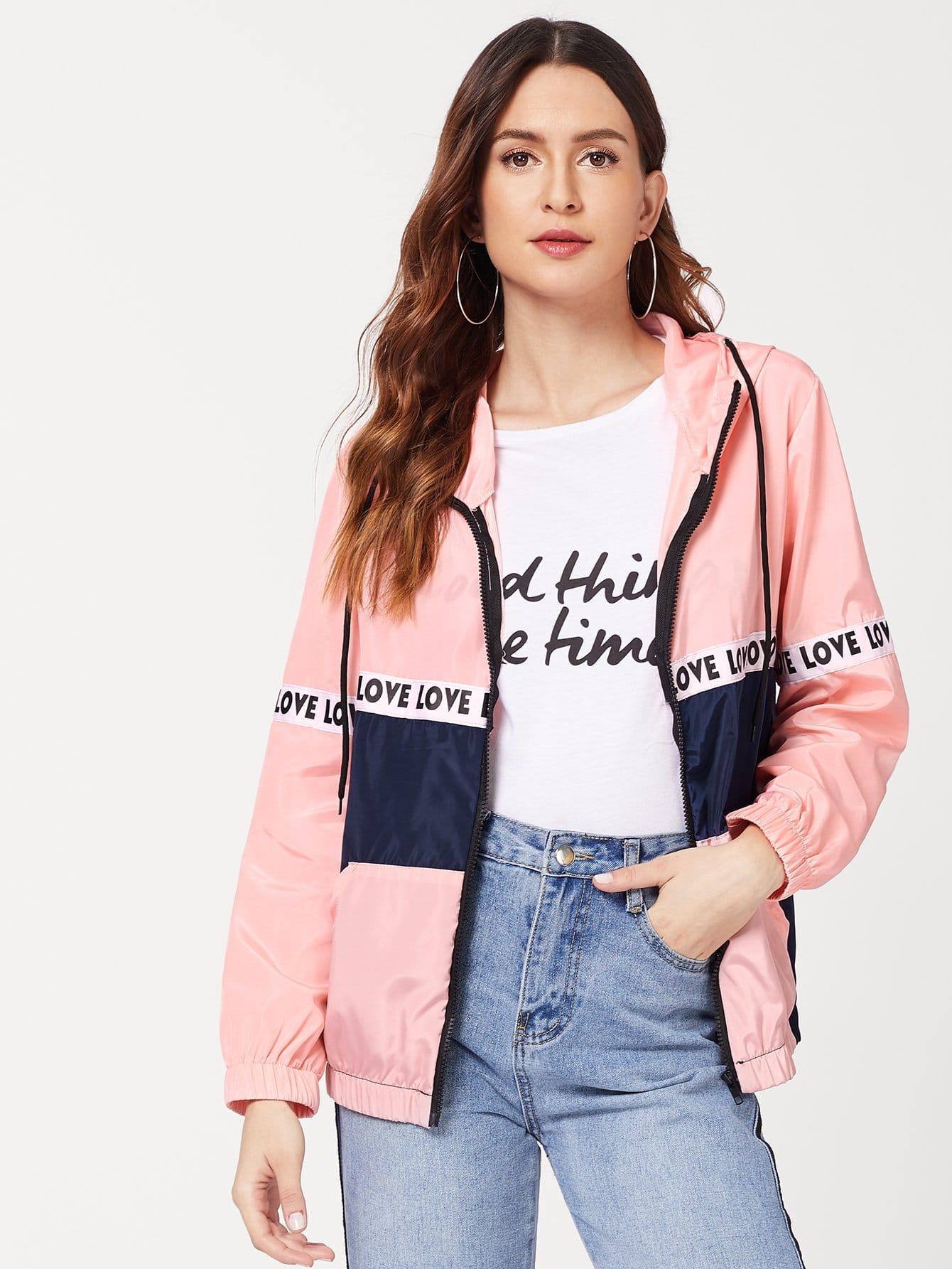 Jacke mit Buchstaben auf den Ärmeln und Farbblock