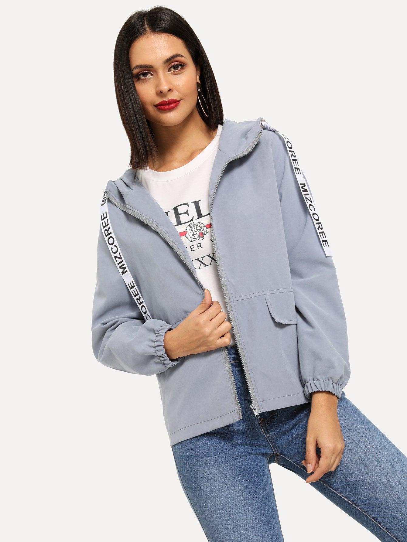 Фото - Куртку с капюшоном и застёжкой молния и тесктовым принтом от SheIn синего цвета
