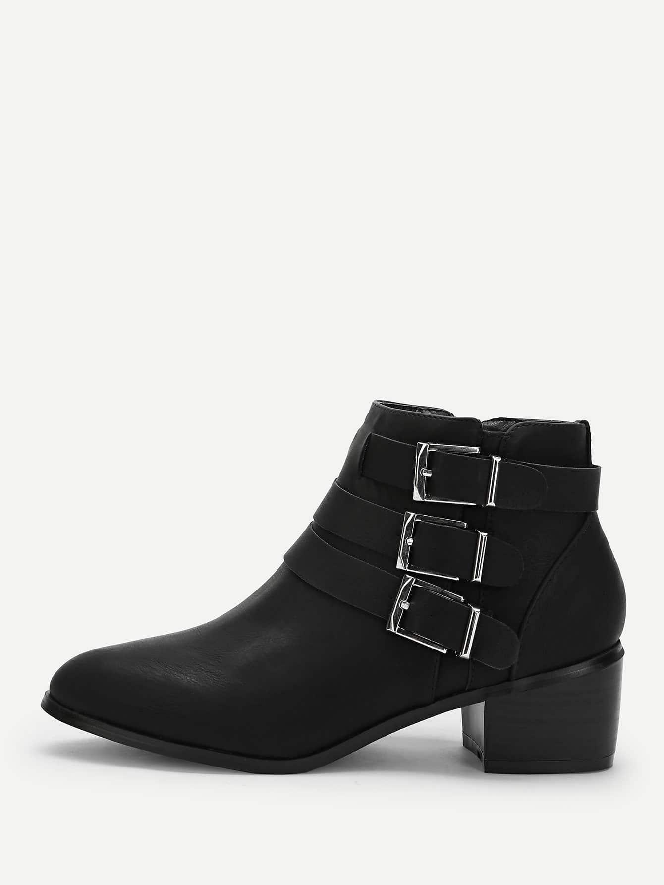 Фото - Короткие сапоги с застёжкой молния и пряжкой от SheIn черного цвета