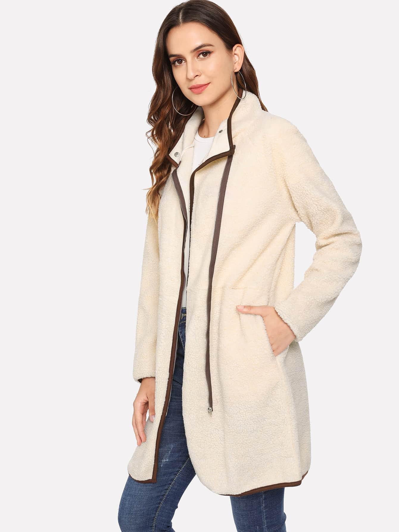 Фото - Пальто тедди с контрастной отделкой от SheIn бежевого цвета