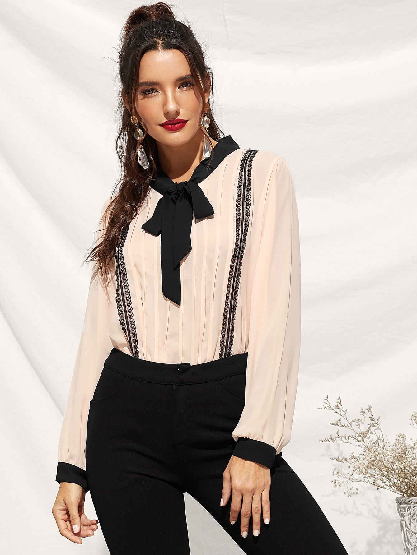 Фото - Блузу с воротник-бантом и контрастными кружевами от SheIn цвет многоцветный